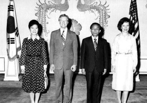 퍼스트레이디 시절 카터 부부와 함께 청와대 영빈관에서.
