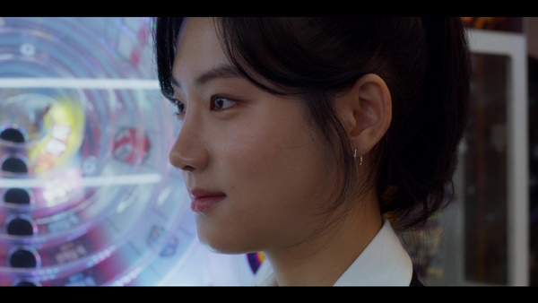 박주현은 <인간수업>에 함께 출연한 또래 역할의 배우들보다 적게는 3살, 많게는 6살이 더 많았다.