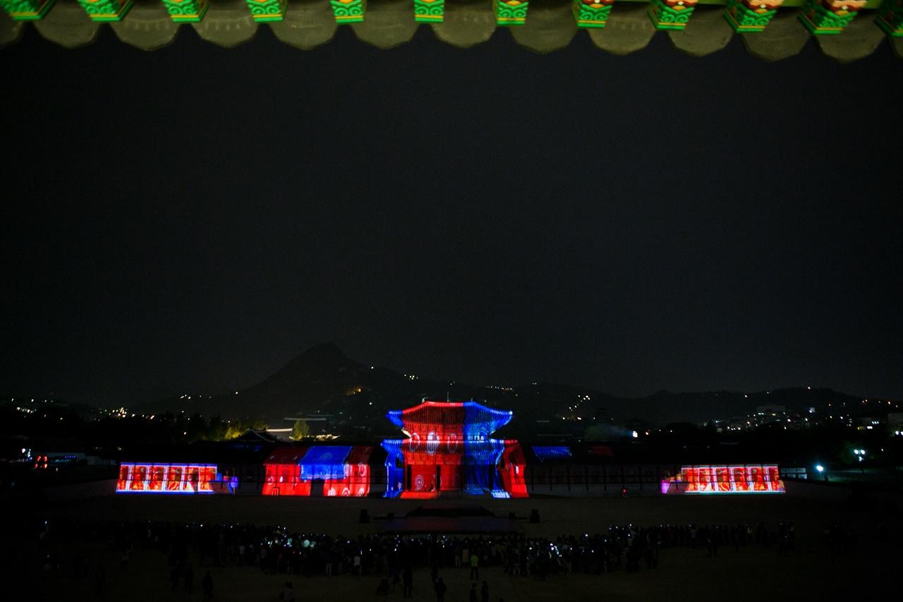 2016년 광복절 특집 궁궐 미디어파사드로 경복궁 흥례문을 스크린으로 연출되는 프로젝션맵핑쇼 장면을 광화문 2층 문루에서 바라본 모습.