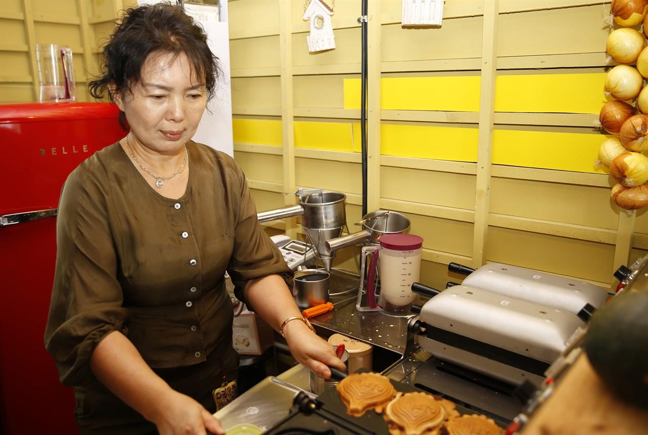 박정원 씨가 양파빵을 굽고 있다. 박 씨는 양파를 활용한 먹을거리 개발을 위해 양파 주산지인 무안으로 거처를 옮겼다.