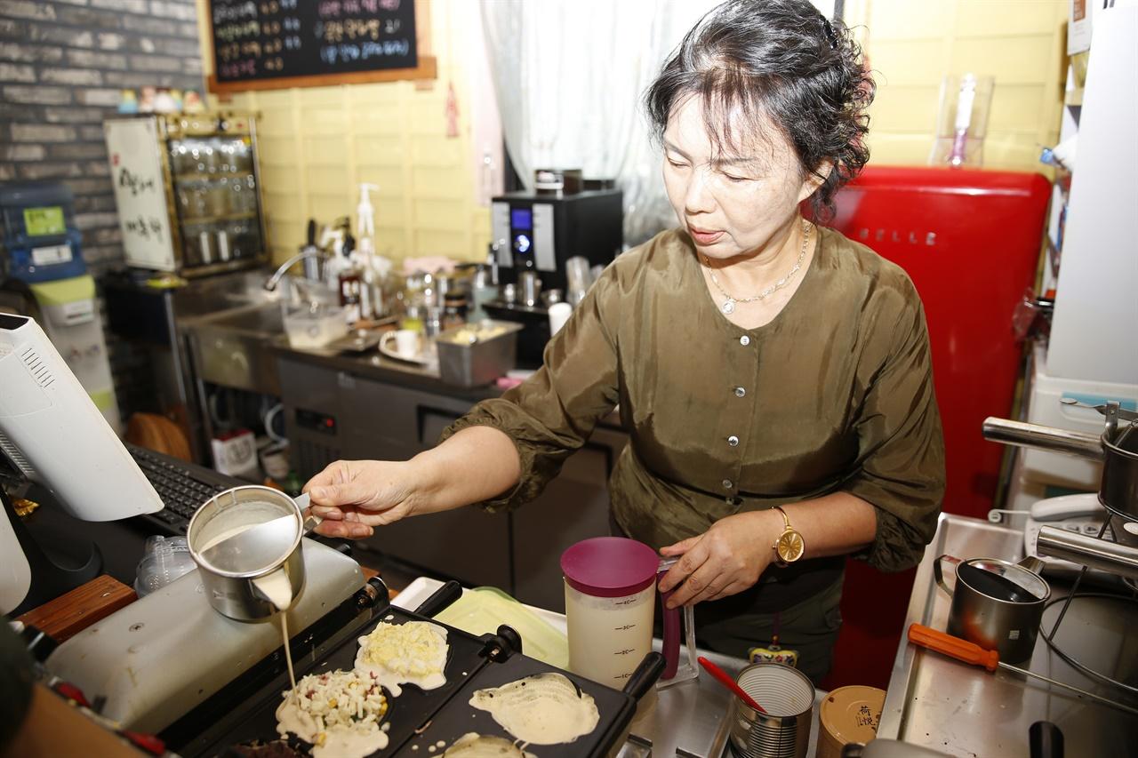 박정원 씨가 양파빵을 굽고 있다. 양파빵은 무안양파의 소비 촉진에 큰 보탬이 될 것으로 기대되고 있다.