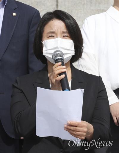 이은주 정의당 의원이 21일 오전 서울 여의도 국회 본청 앞에서 열린 쌍용자동차 국가손해배상 사건 소취하 촉구 결의안 발의 기자회견에서 모두발언을 하고 있다.