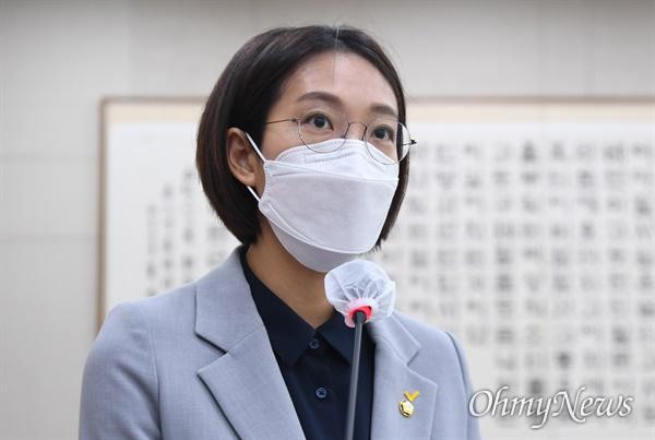 장혜영 정의당 의원이 21일 서울 여의도 국회에서 열린 법제사법위원회 전체회의에 참석해 차별금지법 제안설명을 하고 있다.