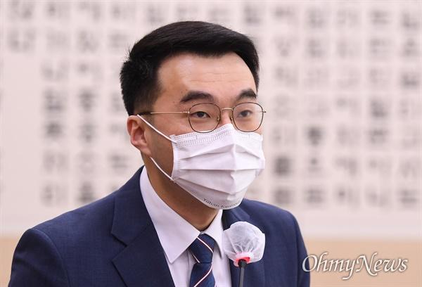 김남국 더불어민주당 의원이 21일 서울 여의도 국회에서 열린 법제사법위원회 전체회의에 참석해 법안 제안설명을 하고 있다.