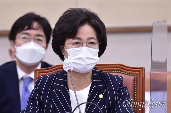 추미애 법무부 장관이 21일 서울 여의도 국회에서 열린 국회 법제사법위원회 전체회의에 출석, 답변하고 있다.