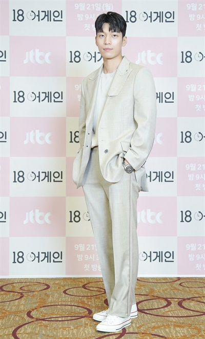 '18 어게인' 위하준, 상쾌한 웃음 위하준 배우가 21일 오후 온라인으로 열린 JTBC 새 월화드라마 <18 어게인> 제작발표회에서 포즈를 취하고 있다. <18 어게인>은 이혼 직전에 18년전 리즈시절로 돌아간 남편 이야기다. 21일 월요일 밤 9시 30분 첫 방송.