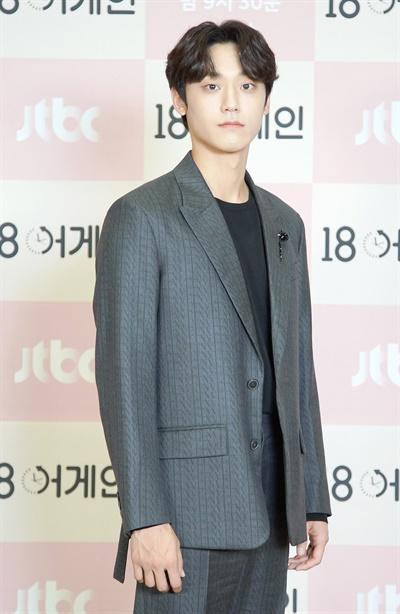 '18 어게인' 이도현, 풋풋한 깔끔남 이도현 배우가 21일 오후 온라인으로 열린 JTBC 새 월화드라마 <18 어게인> 제작발표회에서 포즈를 취하고 있다. <18 어게인>은 이혼 직전에 18년전 리즈시절로 돌아간 남편 이야기다. 21일 월요일 밤 9시 30분 첫 방송.