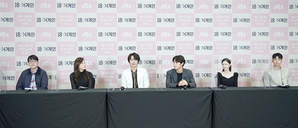 '18 어게인' 칸막이 두고 거리두기 실천 JTBC 새 월화드라마 <18 어게인> 제작발표회가 21일 오후 온라인으로 열리고 있다. <18 어게인>은 이혼 직전에 18년전 리즈시절로 돌아간 남편 이야기다. 21일 월요일 밤 9시 30분 첫 방송.