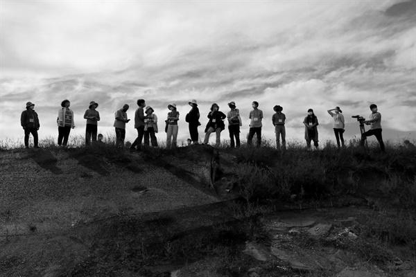 새만금 생태투어 중인 참가자들 제1회 새만금문화예술제 프로그램 중 하나인 생태투어에 참가중인 예술가들