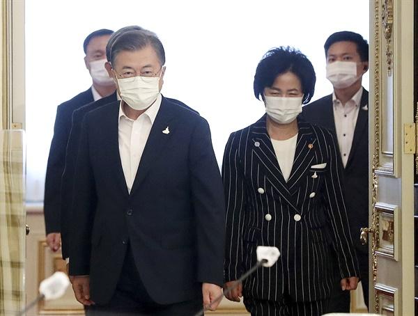 문재인 대통령과 추미애 법무부 장관이 21일 오후 청와대에서 열린 제2차 국정원·검찰·경찰 개혁 전략회의에 참석하고 있다.