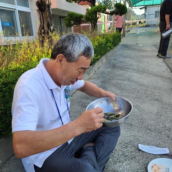 맛있는 미역국 한 참가자가 2박3일간 채식으로만 먹어본 게 처음이라며 맛있게 식사하고 있다
