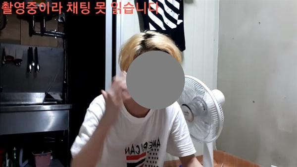 '인생이야기' 중 문제의 한국인 유튜버가 자신의 초등학생 시절 이야기를 하는 장면