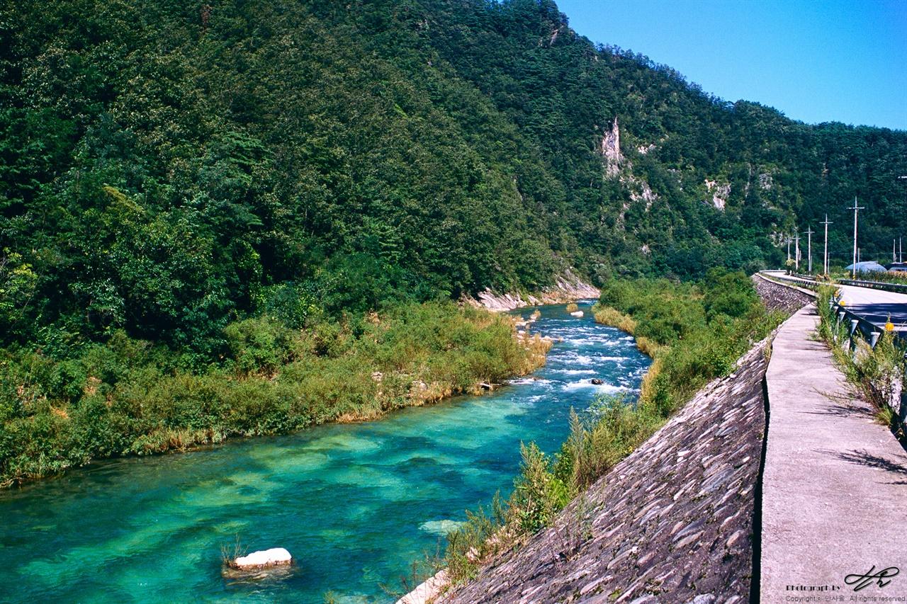 어느 흔한 개천 (RDP3)지방도 옆을 흐르는 시내. 강원도에는 이렇게 마을을 흐르는 깨끗하고 풍성한 물이 참 많다.