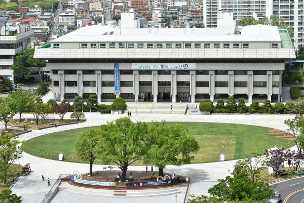 인천시가 학교 밖 청소년들에게 재학생과 동일한 규모의 교육재난지원금을 지급한다고 밝혔다. 사진은 인천시청사 전경.