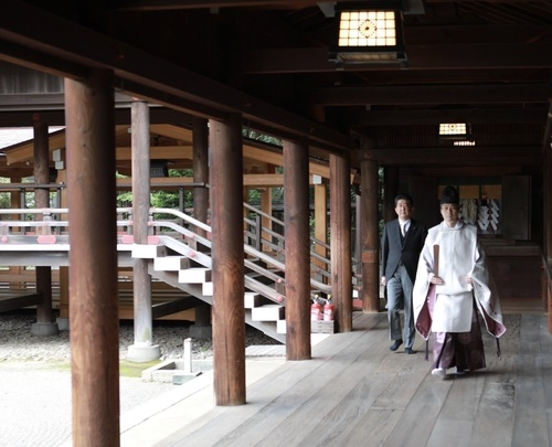 """아베 신조 전 일본 총리가 지난 19일 오전 트위터를 통해 """"오늘 야스쿠니신사를 참배하고 이달 16일에 총리를 퇴임했다는 것을 영령에게 보고했다.""""고 밝혔다."""