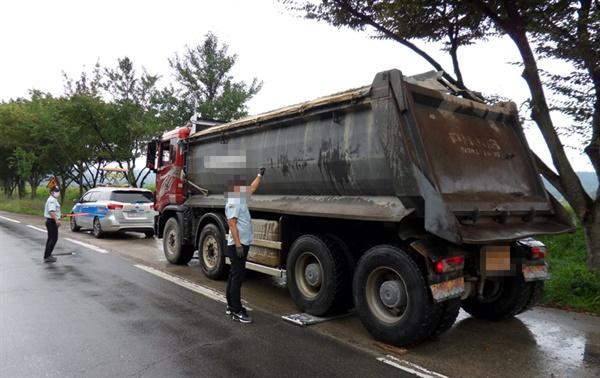 경상남도 도로관리사업소는 과적차량 단속을 강화하고 있다.