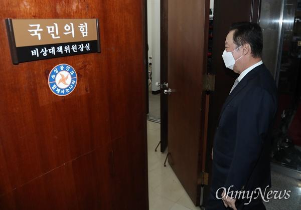 박용만 대한상공회의소 회장이 22일 오전 김종인 국민의힘 비상대책위원장을 만나기 위해 국회 비대위원장실로 향하고 있다.