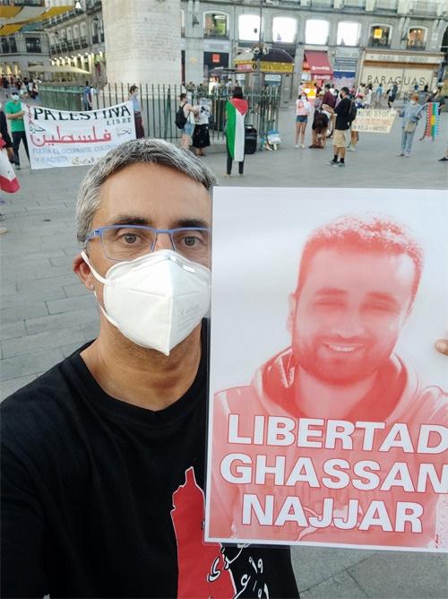 지난 8월 8일 스페인 마드리드에서 진행한 팔레스타인 양심수 석방 캠페인에서 갓산 나자르(사진)의 석방을 기원하는 포스터를 들고 있는 스페인 국제활동가.