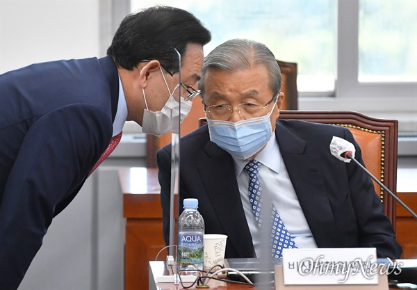 김종인 국민의힘 비대위원장과 주호영 원내대표가 22일 국회에서 열린 화상 의원총회에서 대화하고 있다.