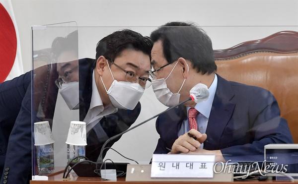 국민의힘 주호영 원내대표와 김성원 원내수석부대표가 22일 서울 여의도 국회 본청 영상회의실에서 열린 화상 의원총회에서 대화하고 있다.