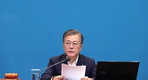 문재인 대통령. 사진은 22일 오전 청와대 여민관에서 열린 영상 국무회의에서 발언하고 있는 모습.