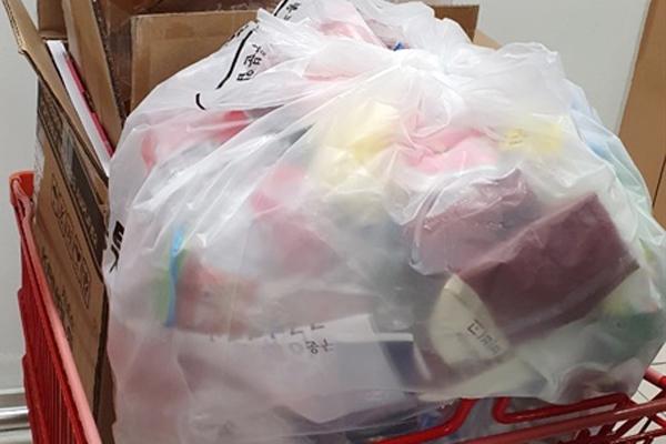 5시간 동안 모인 재포장 쓰레기가 100리터 봉투를 채우고도 남았다.
