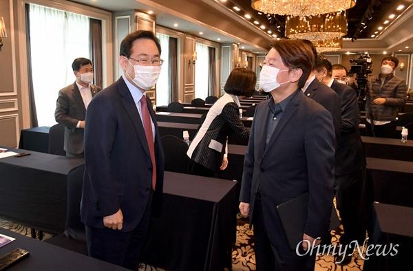 국민의당 안철수 대표(오른쪽)와 국민의힘 주호영 원내대표가 23일 오전 서울 여의도 켄싱턴호텔에서 '대한민국의 미래와 야권의 혁신과제'를 주제로 열린 '대한민국 미래혁신포럼'에서 인사하고 있다.