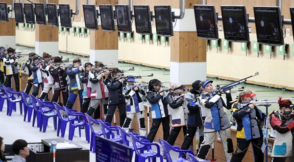 2018년 9월 3일, 경남 창원시 의창구 창원사격장에서 열린 2018 창원세계사격선수권 대회 10m 공기소총 본선 여자 경기에서 각국 대표 선수단이 집중하고 있다.