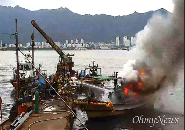 9월 23일 오전 11시 28분경, 창원시 진해구 안곡동 부두가에 정비를 위해 정박 중인 소형어선에서 화재가 났다.