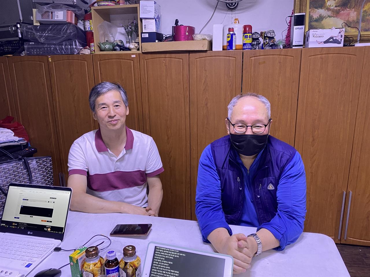 드림씨티 2층에서 인터뷰하고 있는 우연식 목사(왼쪽)와 A씨