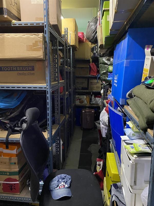 서울역에서 노숙하는 아저씨들은 짐둘곳이 마땅치 않다. 드림씨티는 아저씨들의 짐을 잠시 보관해준다.