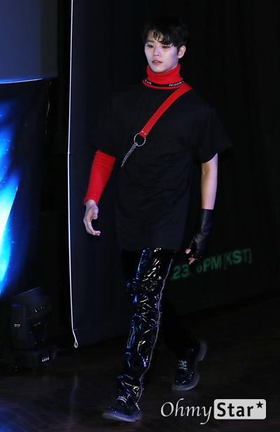 '고스트나인' 손준형, 에너지 넘치는 리더 고스트나인(GHOST9)의 손준형 23일 오후 서울 강남구의 한 공연장에서 열린 데뷔 앨범 < 프리 에피소드 1 : 도어(PRE EPISODE 1 : DOOR) > 쇼케이스에서 포토타임을 갖고 있다.  고스트나인은 '프로듀스X101'에서 활약 후 '틴틴'으로 프리 유닛 데뷔를 했던 이우진, 이진우, 이태승을 포함해 황동준, 이신, 최준성, 이강성, 손준형, 프린스로 구성된 9인조 보이그룹이다.