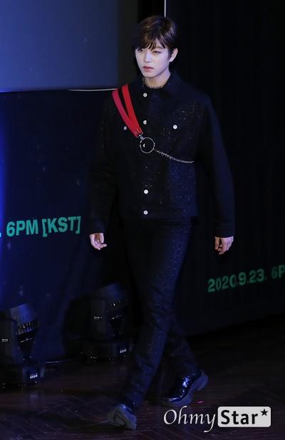 '고스트나인' 이진우, 시선잡는 미소년 고스트나인(GHOST9)의 이진우가 23일 오후 서울 강남구의 한 공연장에서 열린 데뷔 앨범 < 프리 에피소드 1 : 도어(PRE EPISODE 1 : DOOR) > 쇼케이스에서 포토타임을 갖고 있다.  고스트나인은 '프로듀스X101'에서 활약 후 '틴틴'으로 프리 유닛 데뷔를 했던 이우진, 이진우, 이태승을 포함해 황동준, 이신, 최준성, 이강성, 손준형, 프린스로 구성된 9인조 보이그룹이다.