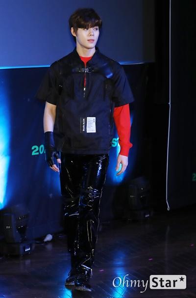 '고스트나인' 프린스, 태국왕자님처럼 고스트나인(GHOST9)의 프린스가 23일 오후 서울 강남구의 한 공연장에서 열린 데뷔 앨범 < 프리 에피소드 1 : 도어(PRE EPISODE 1 : DOOR) > 쇼케이스에서 포토타임을 갖고 있다.  고스트나인은 '프로듀스X101'에서 활약 후 '틴틴'으로 프리 유닛 데뷔를 했던 이우진, 이진우, 이태승을 포함해 황동준, 이신, 최준성, 이강성, 손준형, 프린스로 구성된 9인조 보이그룹으로 '지구공동설'에서 착안한 방대한 세계관을 앞세우고 있다.