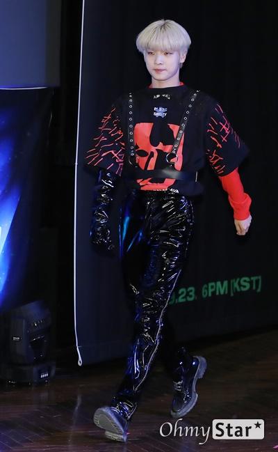 '고스트나인' 최준성, 개구쟁이 느낌 고스트나인(GHOST9)의 최준성이 23일 오후 서울 강남구의 한 공연장에서 열린 데뷔 앨범 < 프리 에피소드 1 : 도어(PRE EPISODE 1 : DOOR) > 쇼케이스에서 포토타임을 갖고 있다.  고스트나인은 '프로듀스X101'에서 활약 후 '틴틴'으로 프리 유닛 데뷔를 했던 이우진, 이진우, 이태승을 포함해 황동준, 이신, 최준성, 이강성, 손준형, 프린스로 구성된 9인조 보이그룹이다.