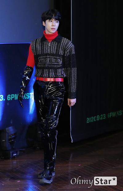 '고스트나인' 이신, 충만한 귀요미 고스트나인(GHOST9)의 이신이 23일 오후 서울 강남구의 한 공연장에서 열린 데뷔 앨범 < 프리 에피소드 1 : 도어(PRE EPISODE 1 : DOOR) > 쇼케이스에서 포토타임을 갖고 있다.  고스트나인은 '프로듀스X101'에서 활약 후 '틴틴'으로 프리 유닛 데뷔를 했던 이우진, 이진우, 이태승을 포함해 황동준, 이신, 최준성, 이강성, 손준형, 프린스로 구성된 9인조 보이그룹이다.
