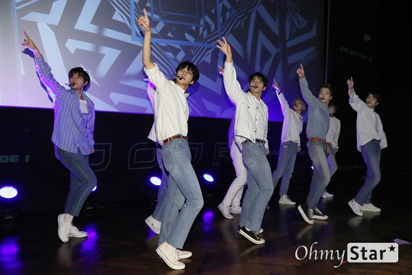 '고스트나인' 오늘부터 날자! 고스트나인(GHOST9)이 23일 오후 서울 강남구의 한 공연장에서 열린 데뷔 앨범 < 프리 에피소드 1 : 도어(PRE EPISODE 1 : DOOR) > 쇼케이스에서 수록곡 '야간비행'을 선보이고 있다.  고스트나인은 '프로듀스X101'에서 활약 후 '틴틴'으로 프리 유닛 데뷔를 했던 이우진, 이진우, 이태승을 포함해 황동준, 이신, 최준성, 이강성, 손준형, 프린스로 구성된 9인조 보이그룹으로 '지구공동설'에서 착안한 방대한 세계관을 앞세우고 있다.
