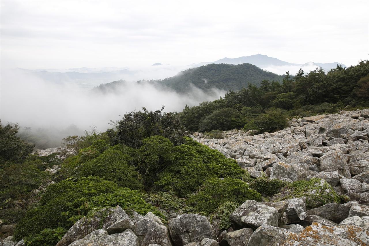 달마산의 중턱에 난 달마고도를 따라 걷다가 내려다 본 풍경. 비가 개고 구름이 산야를 덮고 있다.