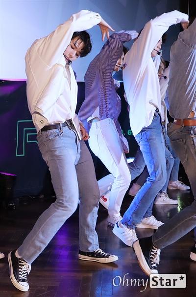 '고스트나인' 에너지 넘치는 패기! 고스트나인(GHOST9)이 23일 오후 서울 강남구의 한 공연장에서 열린 데뷔 앨범 < 프리 에피소드 1 : 도어(PRE EPISODE 1 : DOOR) > 쇼케이스에서 수록곡 '야간비행'을 선보이고 있다.  고스트나인은 '프로듀스X101'에서 활약 후 '틴틴'으로 프리 유닛 데뷔를 했던 이우진, 이진우, 이태승을 포함해 황동준, 이신, 최준성, 이강성, 손준형, 프린스로 구성된 9인조 보이그룹이다.