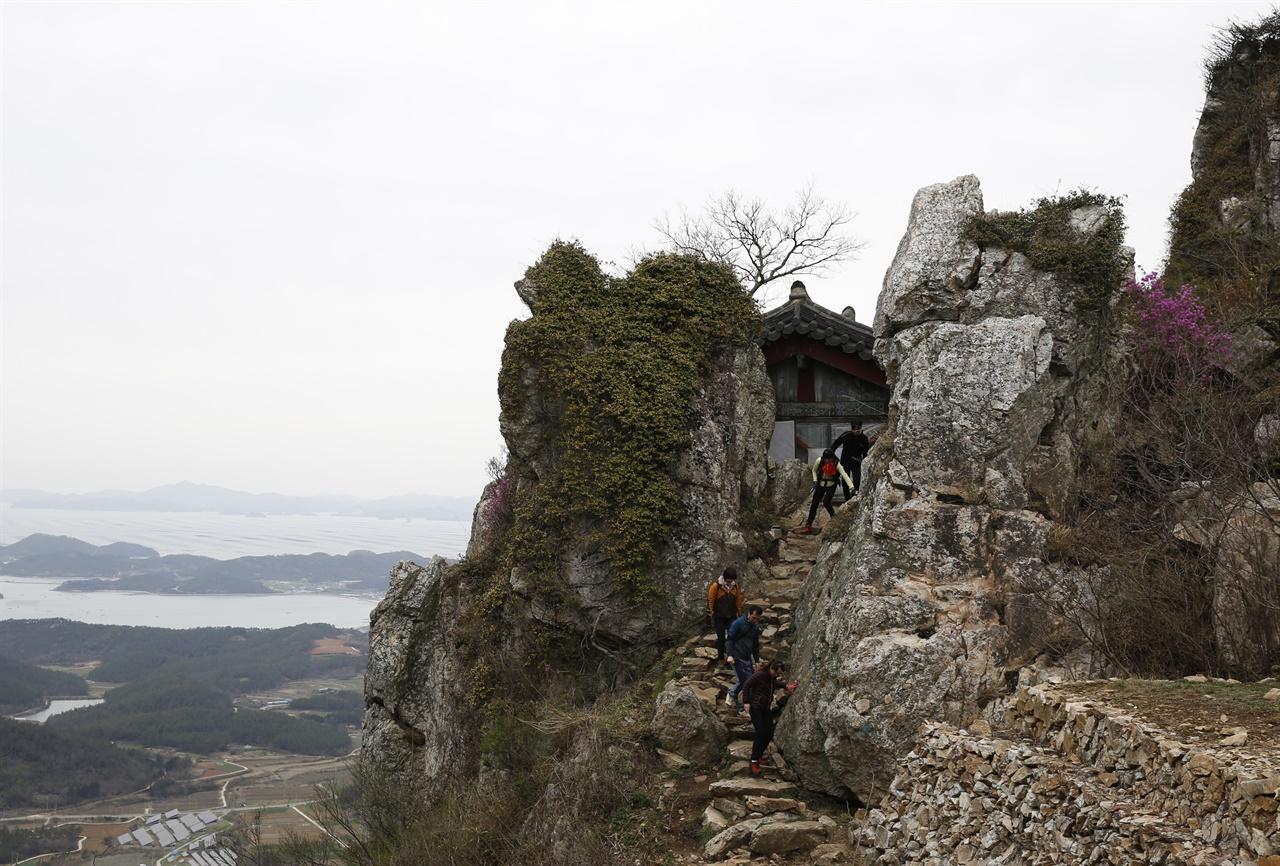 달마산 미황사가 품은 암자 도솔암. 바위 절벽 사이에 살포시 앉아 있다.