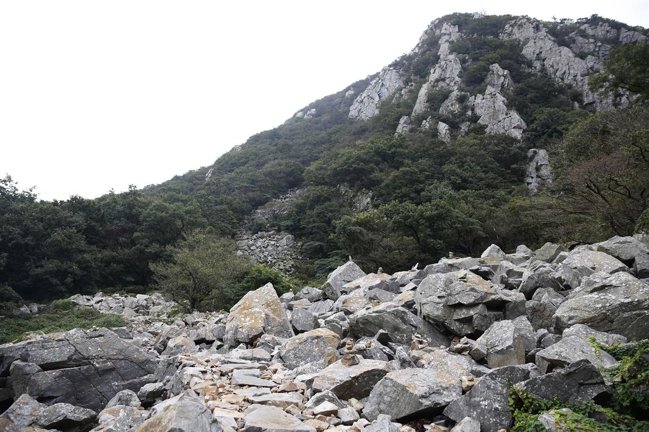 달마산의 하얀 바위와 너덜지대. 달마고도가 너덜지대를 가로질러 나 있다.