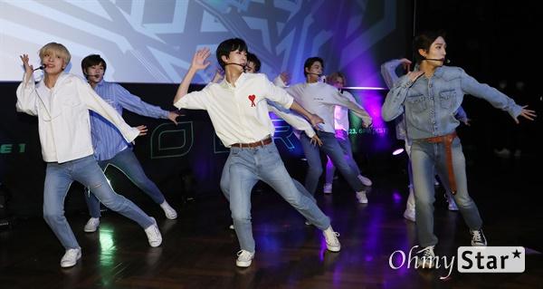 '고스트나인' 첫 날갯짓 고스트나인(GHOST9)이 23일 오후 서울 강남구의 한 공연장에서 열린 데뷔 앨범 < 프리 에피소드 1 : 도어(PRE EPISODE 1 : DOOR) > 쇼케이스에서 수록곡 '야간비행'을 선보이고 있다.  고스트나인은 '프로듀스X101'에서 활약 후 '틴틴'으로 프리 유닛 데뷔를 했던 이우진, 이진우, 이태승을 포함해 황동준, 이신, 최준성, 이강성, 손준형, 프린스로 구성된 9인조 보이그룹으로 '지구공동설'에서 착안한 방대한 세계관을 앞세우고 있다.