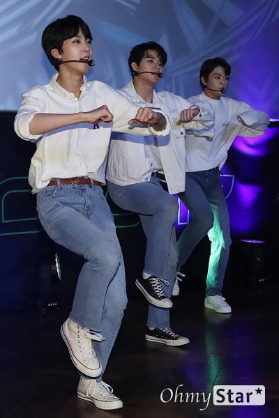 '고스트나인' 위풍당당! 고스트나인(GHOST9)이 23일 오후 서울 강남구의 한 공연장에서 열린 데뷔 앨범 < 프리 에피소드 1 : 도어(PRE EPISODE 1 : DOOR) > 쇼케이스에서 수록곡 '야간비행'을 선보이고 있다.  고스트나인은 '프로듀스X101'에서 활약 후 '틴틴'으로 프리 유닛 데뷔를 했던 이우진, 이진우, 이태승을 포함해 황동준, 이신, 최준성, 이강성, 손준형, 프린스로 구성된 9인조 보이그룹으로 '지구공동설'에서 착안한 방대한 세계관을 앞세우고 있다.
