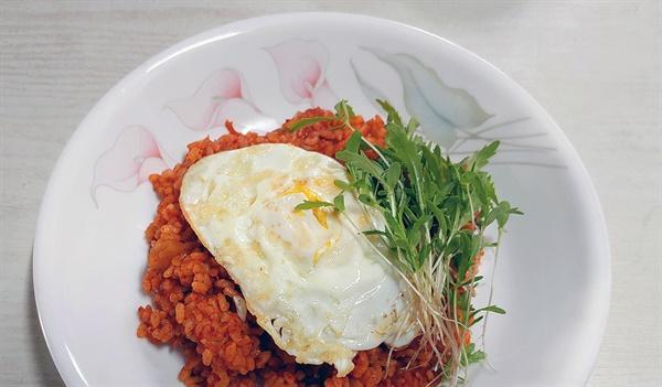 레시피대로 해본 '김치프라이팬밥'이다. 그런데 책과 달리 달걀은 노른자까지 익혀 올렸고 텃밭에서 자라는 쑥갓 어린순을 올려 먹었다.