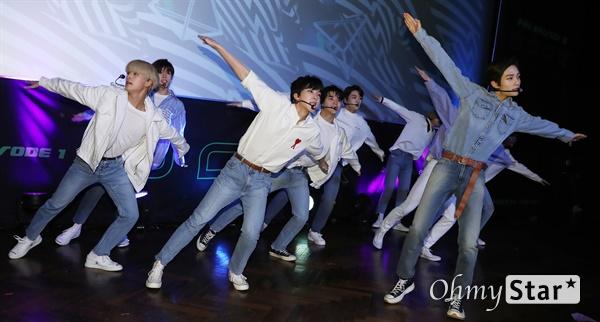 '고스트나인' 새로운 세상을 향해! 고스트나인(GHOST9)이 23일 오후 서울 강남구의 한 공연장에서 열린 데뷔 앨범 < 프리 에피소드 1 : 도어(PRE EPISODE 1 : DOOR) > 쇼케이스에서 수록곡 '야간비행'을 선보이고 있다.  고스트나인은 '프로듀스X101'에서 활약 후 '틴틴'으로 프리 유닛 데뷔를 했던 이우진, 이진우, 이태승을 포함해 황동준, 이신, 최준성, 이강성, 손준형, 프린스로 구성된 9인조 보이그룹으로 '지구공동설'에서 착안한 방대한 세계관을 앞세우고 있다.