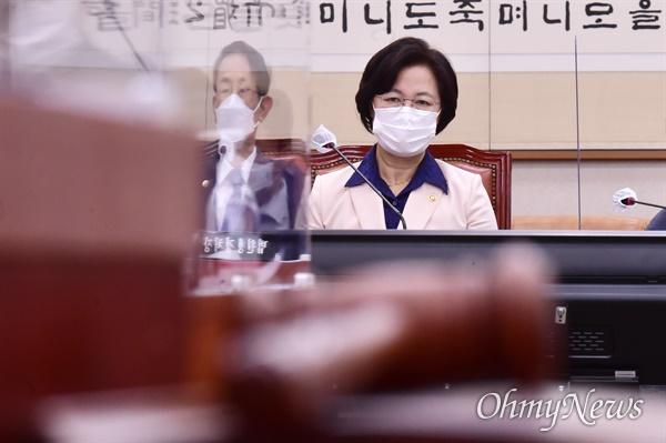 추미애 법무부 장관이 23일 서울 여의도 국회에서 열린 국회 법제사법위원회 전체회의에 참석하고 있다.