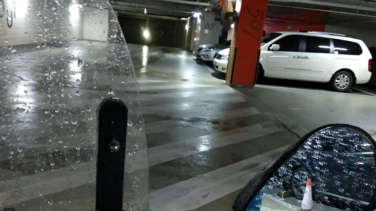 비오는 날 주차장은 빙판과 다름없다.
