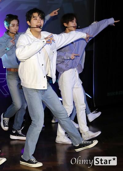 '고스트나인' 밤낮 가리지 않는 소년들 고스트나인(GHOST9)이 23일 오후 서울 강남구의 한 공연장에서 열린 데뷔 앨범 < 프리 에피소드 1 : 도어(PRE EPISODE 1 : DOOR) > 쇼케이스에서 수록곡 '야간비행'을 선보이고 있다.  고스트나인은 '프로듀스X101'에서 활약 후 '틴틴'으로 프리 유닛 데뷔를 했던 이우진, 이진우, 이태승을 포함해 황동준, 이신, 최준성, 이강성, 손준형, 프린스로 구성된 9인조 보이그룹이다.