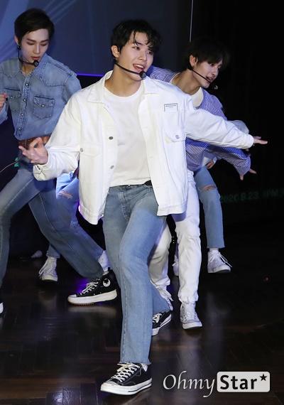 '고스트나인'  우물 밖 개구리로! 고스트나인(GHOST9)이 23일 오후 서울 강남구의 한 공연장에서 열린 데뷔 앨범 < 프리 에피소드 1 : 도어(PRE EPISODE 1 : DOOR) > 쇼케이스에서 수록곡 '야간비행'을 선보이고 있다.  고스트나인은 '프로듀스X101'에서 활약 후 '틴틴'으로 프리 유닛 데뷔를 했던 이우진, 이진우, 이태승을 포함해 황동준, 이신, 최준성, 이강성, 손준형, 프린스로 구성된 9인조 보이그룹으로 '지구공동설'에서 착안한 방대한 세계관을 앞세우고 있다.