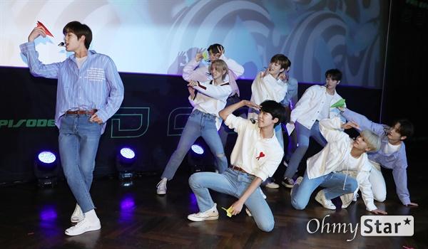 '고스트나인' 같이 날자! 고스트나인(GHOST9)이 23일 오후 서울 강남구의 한 공연장에서 열린 데뷔 앨범 < 프리 에피소드 1 : 도어(PRE EPISODE 1 : DOOR) > 쇼케이스에서 수록곡 '야간비행'을 선보이고 있다.  고스트나인은 '프로듀스X101'에서 활약 후 '틴틴'으로 프리 유닛 데뷔를 했던 이우진, 이진우, 이태승을 포함해 황동준, 이신, 최준성, 이강성, 손준형, 프린스로 구성된 9인조 보이그룹이다.